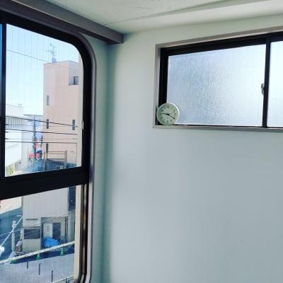 置き時計を窓際に設置しました - レンタルスタジオ国立リノ 国立サニービルの室内の写真