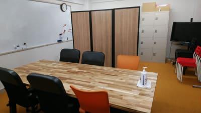 移動式パーティションでプライバシー確保 - 千成ビル203会議室の室内の写真