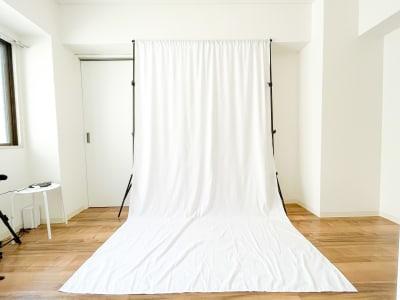背景布(高さ約2m) 三脚とリングライトをつかって自撮りも可能💖 商品撮影・アパレル撮影などにも! - Roomie北堀江 韓国風スペース・ハウススタジオの室内の写真