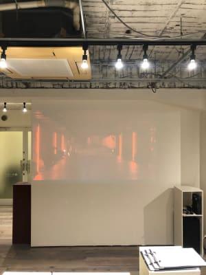 壁が白ですのでプロジェクター投影で展示会の演出も可能です。 - 青山展示室246 多目的展示場の室内の写真