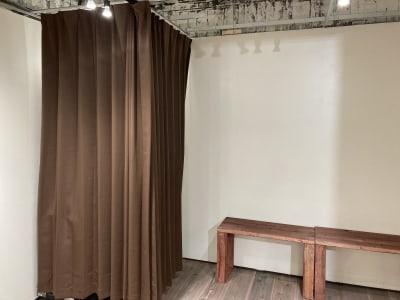 簡易更衣室を設置できます。 - 青山展示室246 多目的展示場の室内の写真