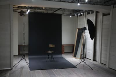 機材を持ち込みいただければ簡易スタジオにも。 - 青山展示室246 多目的展示場の室内の写真