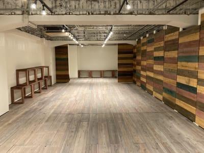 壁をマルチカラーに変更できます。 - 青山展示室246 多目的展示場の室内の写真