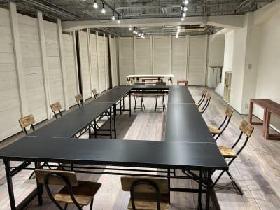 ミーティングの開催 - 青山展示室246 多目的展示場の室内の写真