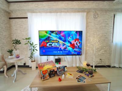 60インチの大画面でswitch、映画・アニメ・ドラマ鑑賞✨ボードゲームもあります♪ - サンライズ新宿 サンライズ新宿211の設備の写真
