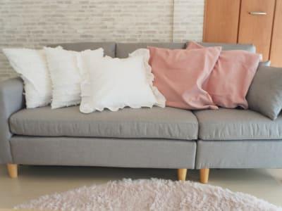 ゆったり3人掛けソファーでお気に入りの映画鑑賞✨ - サンライズ新宿 サンライズ新宿211の室内の写真
