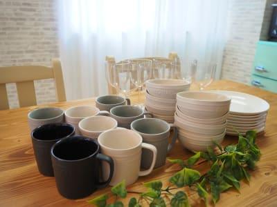 食器、グラス、カトラリーは8セットご用意しています🍸 - サンライズ新宿 サンライズ新宿211の設備の写真