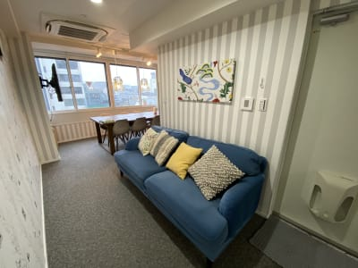 ソファ - ブルーバード5 レンタルサロン、多目的スペースの室内の写真