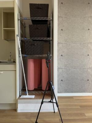 荷物置き3つ、ヨガマット4つ、三脚があります。 - スタジオ My style レンタルスタジオの設備の写真