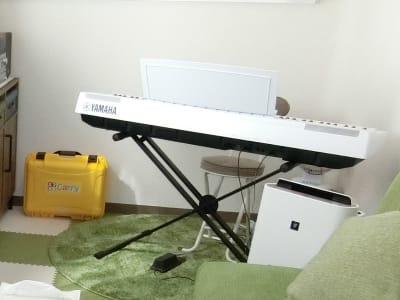 家庭用カラオケと電子ピアノ、譜面台なども用意していますので、楽器や歌の練習もできます - グリーンオアシス レンタルスペース・音楽練習場の室内の写真
