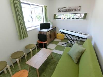 白と緑を基調とした落ちつきあるスペースです。壁を使ってプロジェクターの投影もできます - グリーンオアシス レンタルスペース・音楽練習場の室内の写真