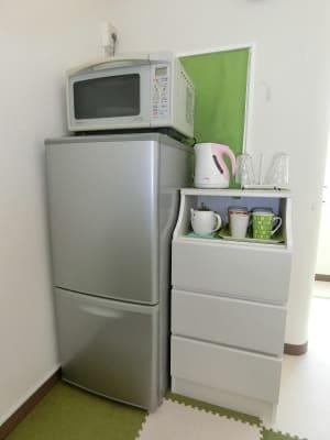 冷蔵庫や電子レンジなども完備しています。冷蔵庫内のドリンクは飲み放題です! - グリーンオアシス レンタルスペース・音楽練習場の室内の写真