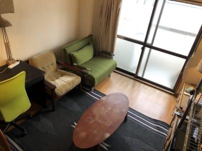 オフィス椅子・ソファー・ローテーブルなどあります。 - 喫煙可能なプライベートスペース 喫煙ワークスペースの室内の写真