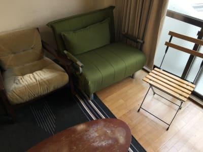 ソファや折りたたみ椅子があります。 - 喫煙可能なプライベートスペース 喫煙ワークスペースの室内の写真