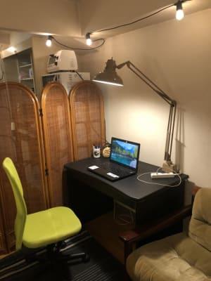 オフィスデスクがあります。 - 喫煙可能なプライベートスペース 喫煙ワークスペースの室内の写真