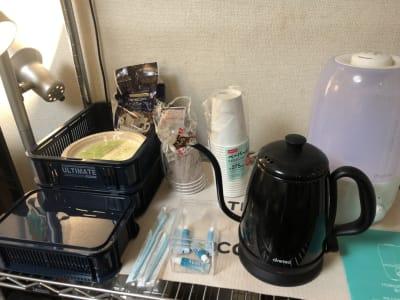 給湯器・加湿器・使い捨て歯ブラシ・紙コップ・紙皿・使い捨てカトラリがあります。 - 喫煙可能なプライベートスペース 喫煙ワークスペースの室内の写真