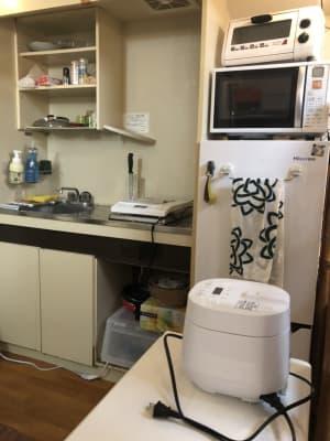 電子レンジ・冷蔵庫・トースター・炊飯器・IHコンロがあります。 - 喫煙可能なプライベートスペース 喫煙ワークスペースの室内の写真