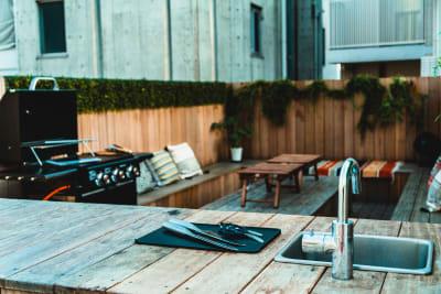 ウッドデッキタイプスペース (余裕を持って10名着席可) - 浅草駅徒歩6分の好立地スペース 完全貸切屋上BBQスペースの室内の写真