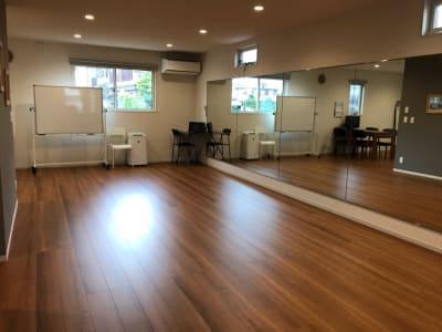横一面鏡張りスペース - レンタルスタジオMahalo 多目的スペースの室内の写真