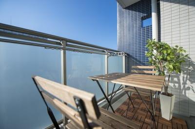 バルコニーには2人掛けのテーブルとイスをご用意しておりますので、ビアガーデンの雰囲気もお楽しみいただけます♪ ※室内、バルコニーともに完全禁煙です。 - 心斎橋Residence 任天堂Switchの室内の写真