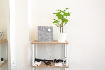 有線も対応するbluetoothスピーカーです。iPhone(lightning)、AUX、bluetoothであれば音楽を再生できます。また、低音がしっかりと出るスピーカーです。撮影器具もご用意しております。 - レンタルスタジオ オルカ駒込 レンタルスタジオの室内の写真