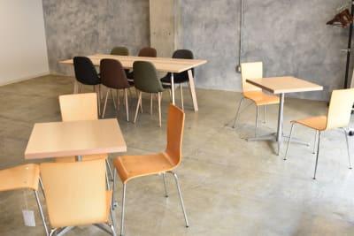 カフェテーブルもあります。 - 日本橋スタジオ 撮影、会議室、リモートワークの室内の写真