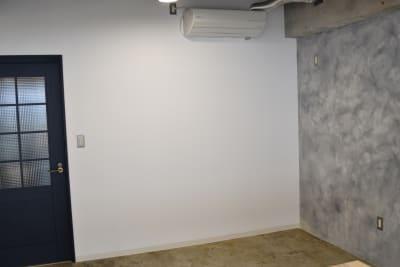 プロジェクターで壁に投影できます。※端末とはChromecastによる無線接続になります。 - 日本橋スタジオ 撮影、会議室、リモートワークの設備の写真