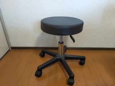施術用丸椅子。 - レンタルサロン レ・ムーブ 福岡最安級レンタルサロンの設備の写真