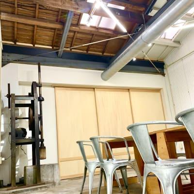 お餅つき用の大きな機械や、小豆を炊いた時に蒸気を逃がすためと思われるかわいい天窓はそのまま残したりと、和菓子工場の面影を残しつつリフォームしました。 - MATSUNOMA 松乃間 ワークショップレンタルスペースの室内の写真