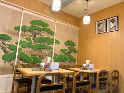「お好み焼き みかみ」の奥に見える能舞台のような松の襖です。 - MATSUNOMA 松乃間 ワークショップレンタルスペースの入口の写真
