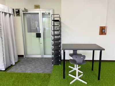 玄関(靴棚、更衣室、デスク) - レンタルスタジオNEXT ダンス・ヨガスタジオの室内の写真