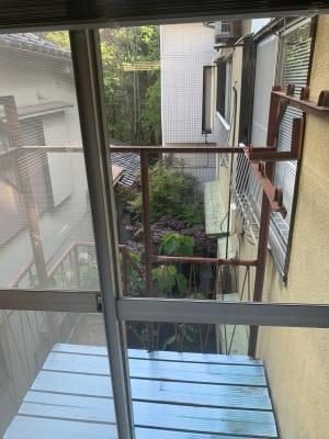 南側窓先(階段はありますが老朽化で危険です。) - 赤坂見附 戸建(2階部分) 多目的サロン シルビーの室内の写真