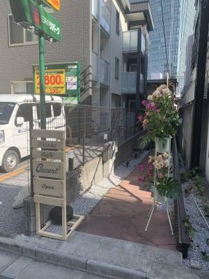 1階にシーシャカフェが入っています。 - 赤坂見附 戸建(2階部分) 多目的サロン シルビーの入口の写真