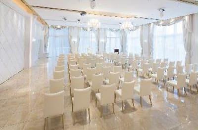 ご宴会はもちろん、会議や展示会などのビジネスシーンにもご活用いただけます。 - カノビアーノ福岡 アズーロ(パーティー会場)の室内の写真