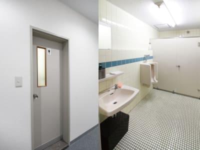 男子トイレ:小便器☓1 大便器☓1 - 貸会議室ルームス水道橋店 水道橋店第4会議室の室内の写真
