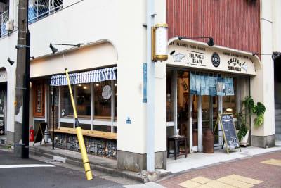 外にベンチもあります - BUNGU BAR(文具バー) 撮影可能なカフェの外観の写真