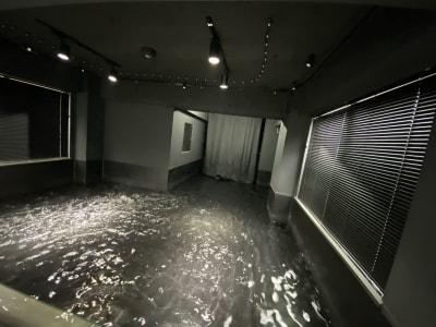 水の動きがよく見える黒ホリの水槽を一から設計し、製作。 水深30cmまで水を溜めることができるので、潜水撮影も実現。温水利用も可能です。 - 小日向スタジオ 1棟貸ハウススタジオの室内の写真