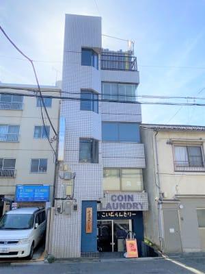 1階がコインランドリーのビルになります。 - 小日向スタジオ 1棟貸ハウススタジオの外観の写真