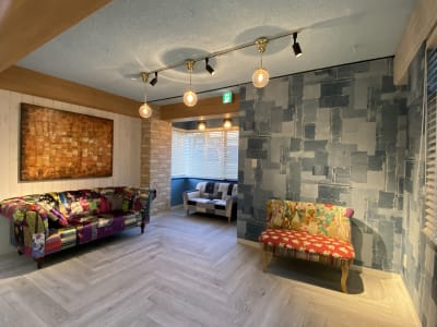 4階フロアは、3方向に大きな窓があり、採光十分な空間です。 室内に差し込むたっぷりの自然光で撮影可能です。室内全体はガーリーでナチュラルテイストな仕上がりとしています。  - 小日向スタジオ 1棟貸ハウススタジオの室内の写真