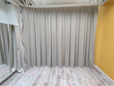 リハーサルスタジオ カーテンでふたつに区切ることもできます - GOOD STUDIO リハーサルスタジオの室内の写真