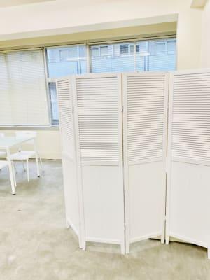 パーテーションがあり目張りもできます。 - 日本橋base サロンスペース、商品撮影スペースの室内の写真