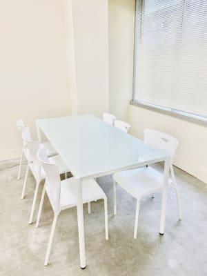 打ち合わせテーブルは広めの6人がけです。 - 日本橋base サロンスペース、商品撮影スペースの室内の写真