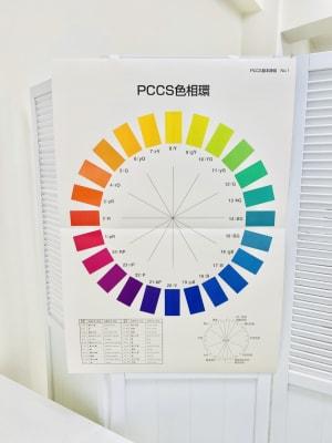 カラリストやデザイナーの方向けにPCCS色相環も設置しました。 - 日本橋base サロンスペース、商品撮影スペースの設備の写真