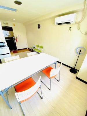 会議やオフ会などができるようにテーブル、イスを常設しています。 - レンタルスタジオBERRY 那覇国際通り店(多目的スペース)の室内の写真