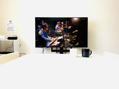 50型テレビで映画やライブなどのDVDをお楽しみください。地デジ・BSも視聴可能です。 - レンタルスタジオBERRY 那覇国際通り店(多目的スペース)の設備の写真