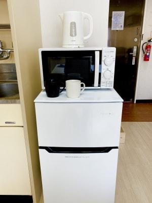 冷蔵庫、電子レンジ、電気ケトルも設置しています。 - レンタルスタジオBERRY 那覇国際通り店(多目的スペース)の設備の写真