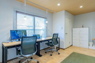 ダイヤル式ロッカー、WiFi、有線LANケーブル、モニター、USB-LAN変換アダプターもご用意 - my place たまプラーザ テレワーク、プライベートスペースの室内の写真