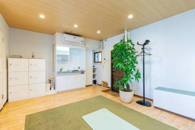 ダウンライトは調光・調色機能付き。 - my place たまプラーザ テレワーク、プライベートスペースの室内の写真