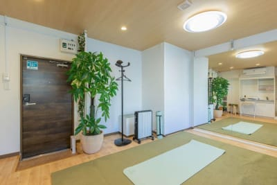 大型鏡、ヨガマットでプライベートレッスン - my place たまプラーザ テレワーク、プライベートスペースの室内の写真