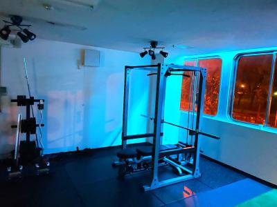 夜は間接照明でおしゃれに演出 - レンタルスタジオNEXT レンタルジムNEXTの室内の写真